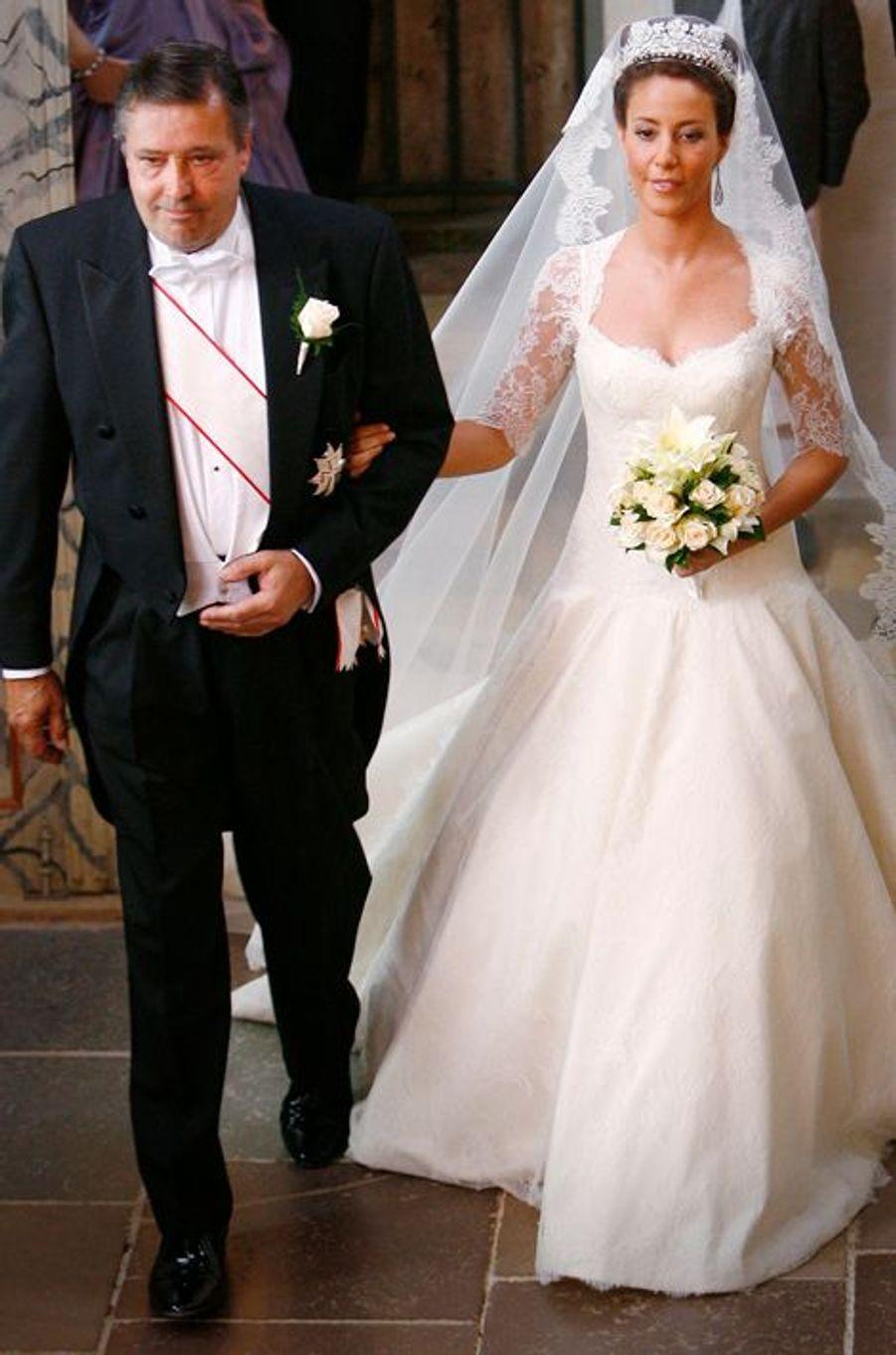 Marie Cavallier, au bras de son père, épouse le prince Joachim de Danemark, le 24 mai 2008