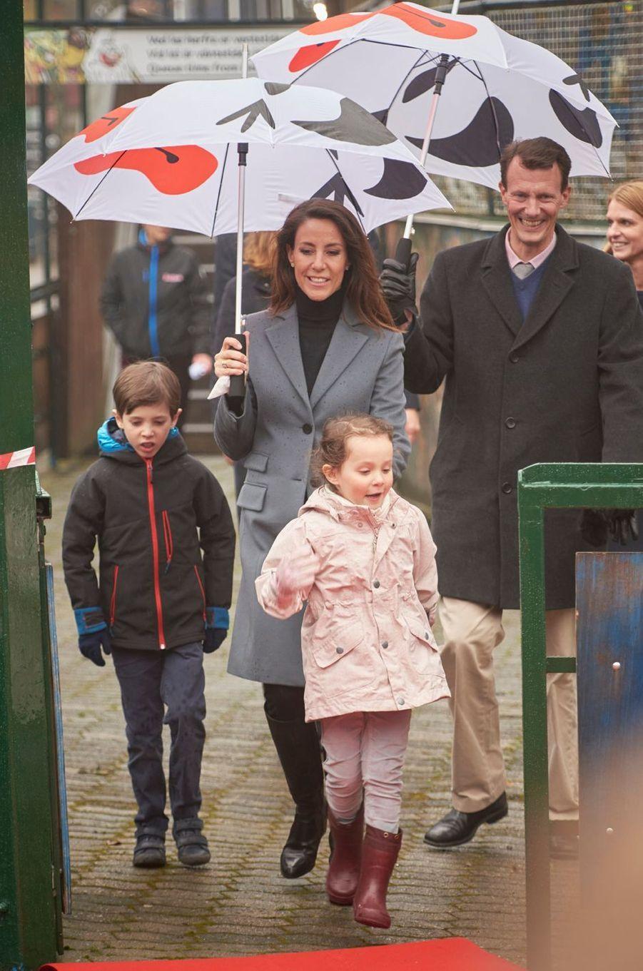 La princesse Marie et le prince Joachim de Danemark avec leurs enfants Henrik et Athena à Copenhague, le 30 mars 2017