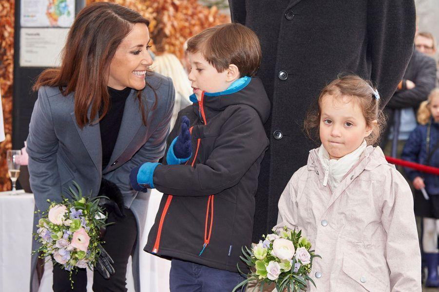 La princesse Marie de Danemark avec ses enfants Henrik et Athena à Copenhague, le 30 mars 2017