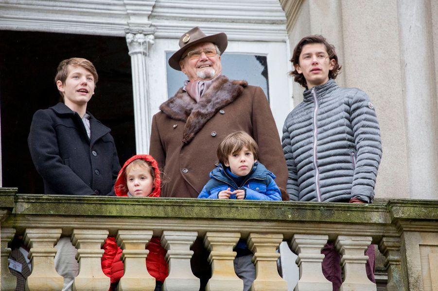 Le prince Henrik de Danemark avec ses petits-enfants la princesse Athena et les princes Nikolai, Felix et Henrik à Dyrehaven, le 6 novembre 2016