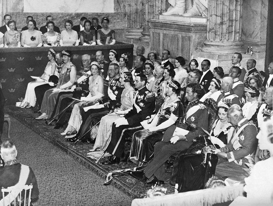 La princesse Ingrid de Suède et le prince héritier Frederik de Danemark avec les familles royales de Suède et de Danemark à Stockholm lors de la soirée donnée le 23 mai 1935, veille de leur mariage