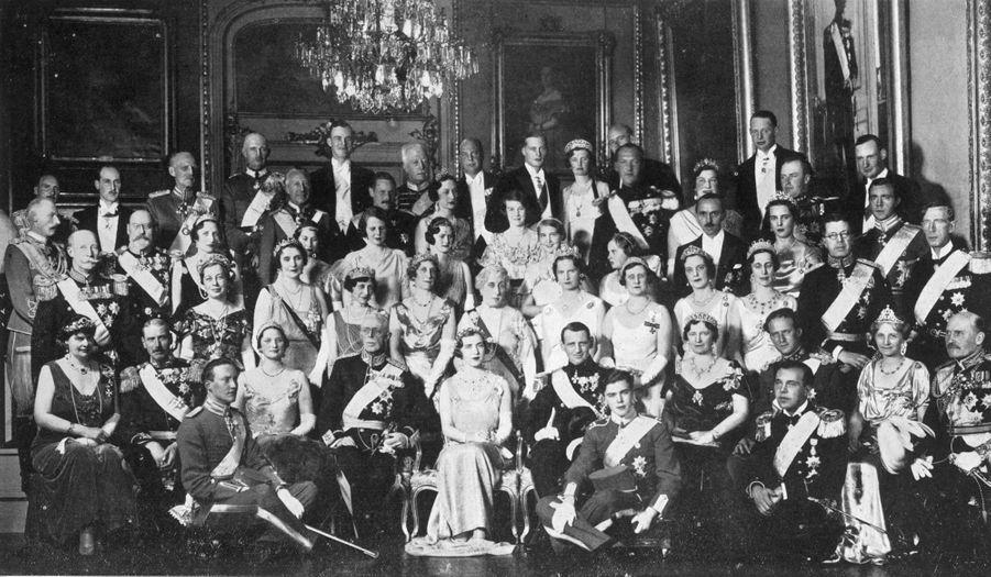 La princesse Ingrid de Suède et le prince héritier Frederik de Danemark avec leurs familles à Stockholm le 24 mai 1935, jour de leur mariage
