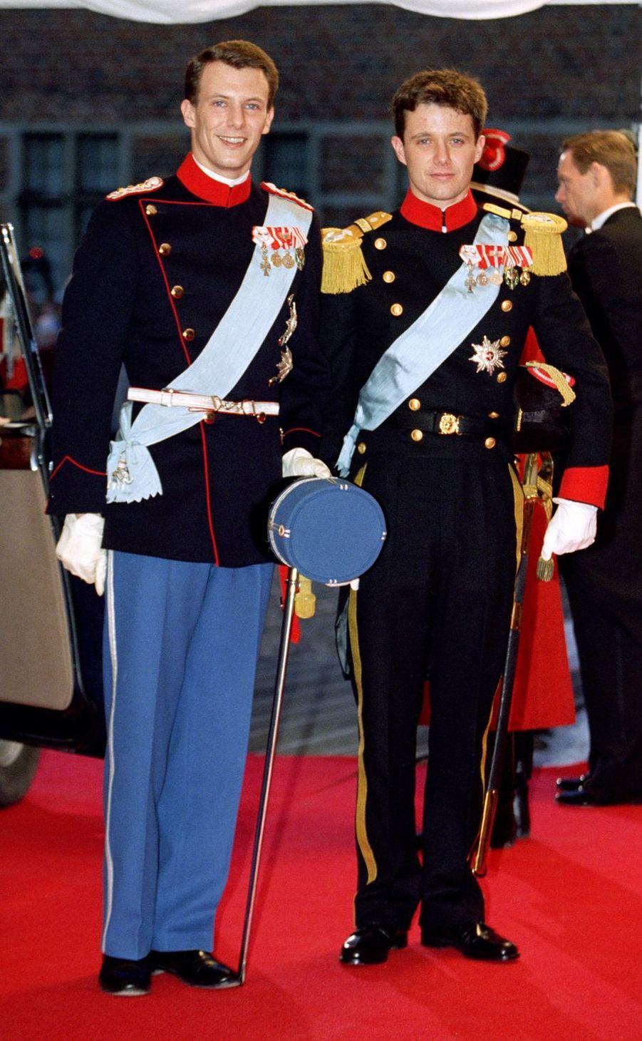 Le prince Joachim de Danemark, le 18 novembre 1995, jour de son mariage à Frederiksborg, avec son frère le prince héritier Frederik