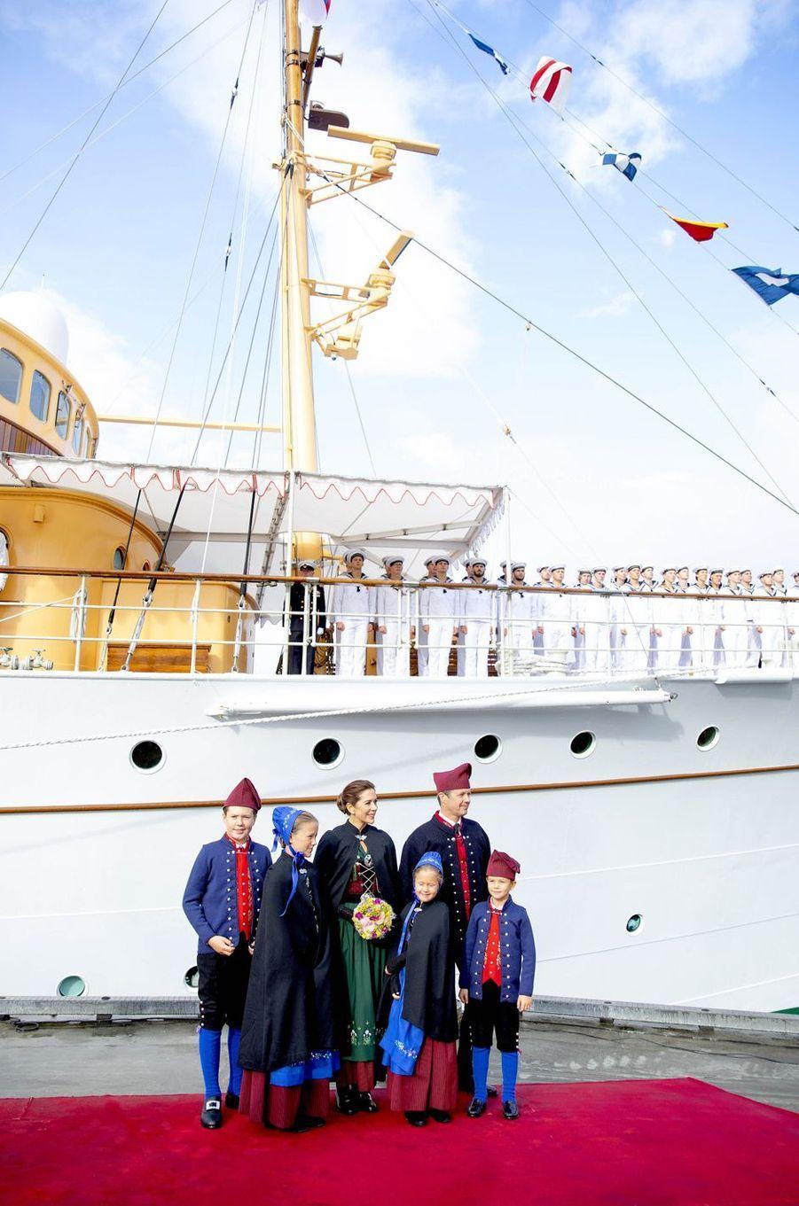 La princesse Mary et le prince Frederik de Danemark avec leurs enfants devant le Danneborg aux îles Féroé, le 23 août 2018