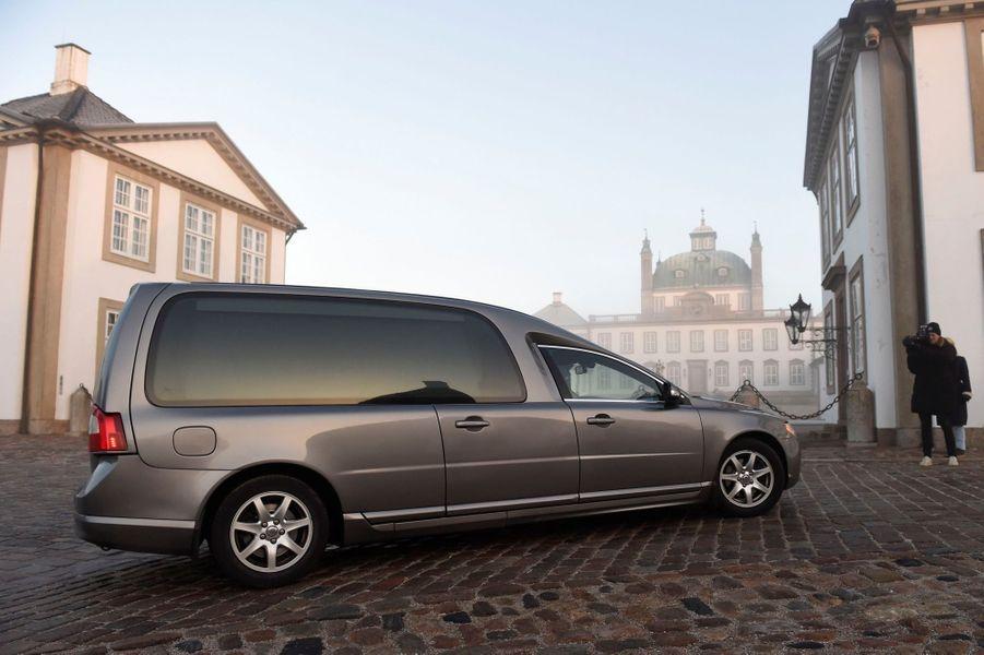 Le corbillard devant le palais de Fredensborg, où est décédé le prince Henrik du Danemark.