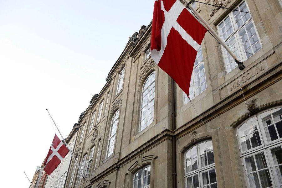 Les drapeaux en berne au palais d'Amalienborg, en hommage auprince Henrik du Danemark.