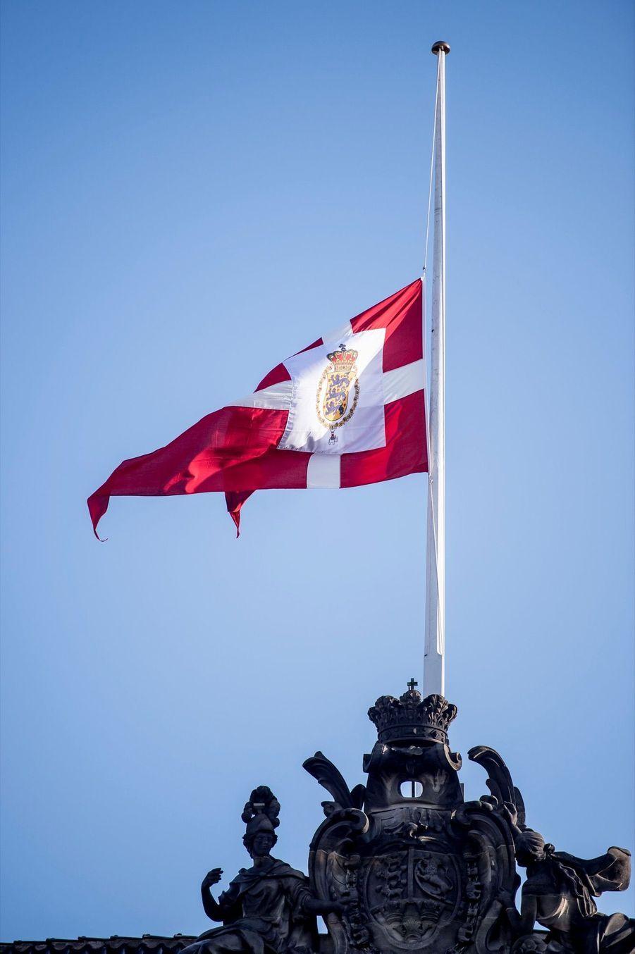 Drapeau en berne au palais d'Amalienborg,en hommage auprince Henrik du Danemark.