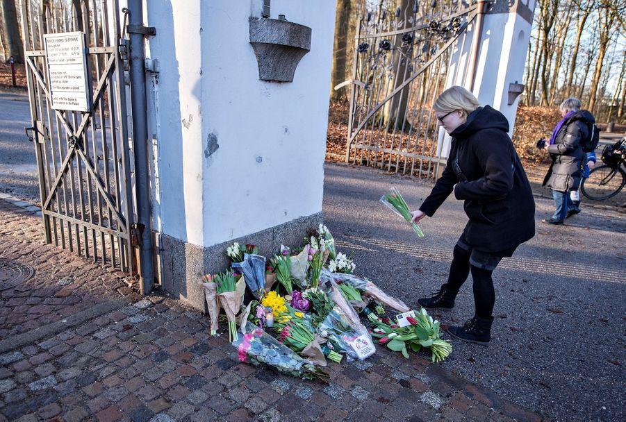 Devant le palais de Marselisborg, des enfants déposent fleurs et dessins en souvenir d'Henrik de Danemark, décédé mardi à 83 ans.