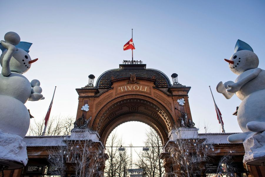 Drapeau en berne aux Jardins du Tivoli,en hommage auprince Henrik du Danemark.