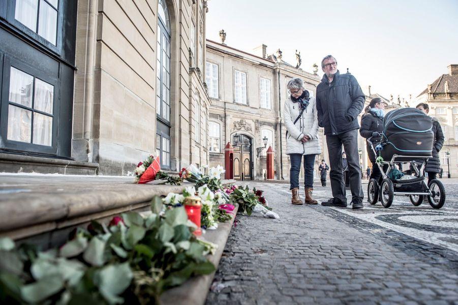 Devant le palais d'Amalienborg, des enfants ont déposé fleurs et dessins en souvenir d'Henrik de Danemark, décédé mardi à 83 ans.