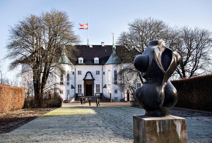 Drapeau en berne au palais de Marselisborg,en hommage auprince Henrik du Danemark.