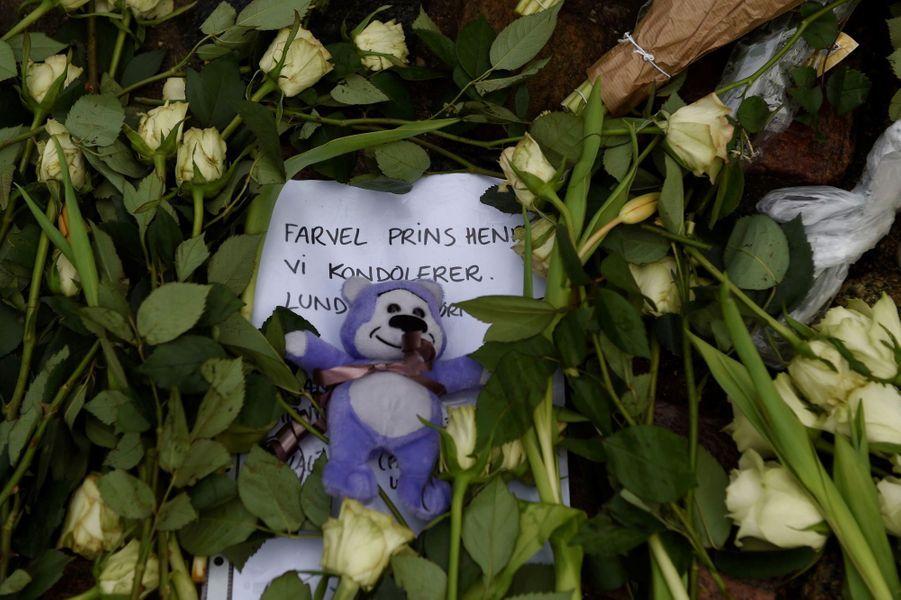 Devant le palais d'Amalienborg, des enfants déposent fleurs et dessins en souvenir d'Henrik de Danemark, décédé mardi à 83 ans.