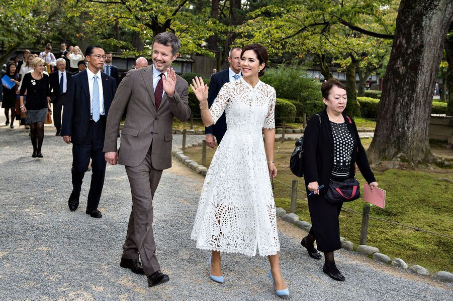 La princesse Mary et le prince Frederik de Danemark visitent le jardin Kenroku-en à Kanazawa, le 9 octobre 2017