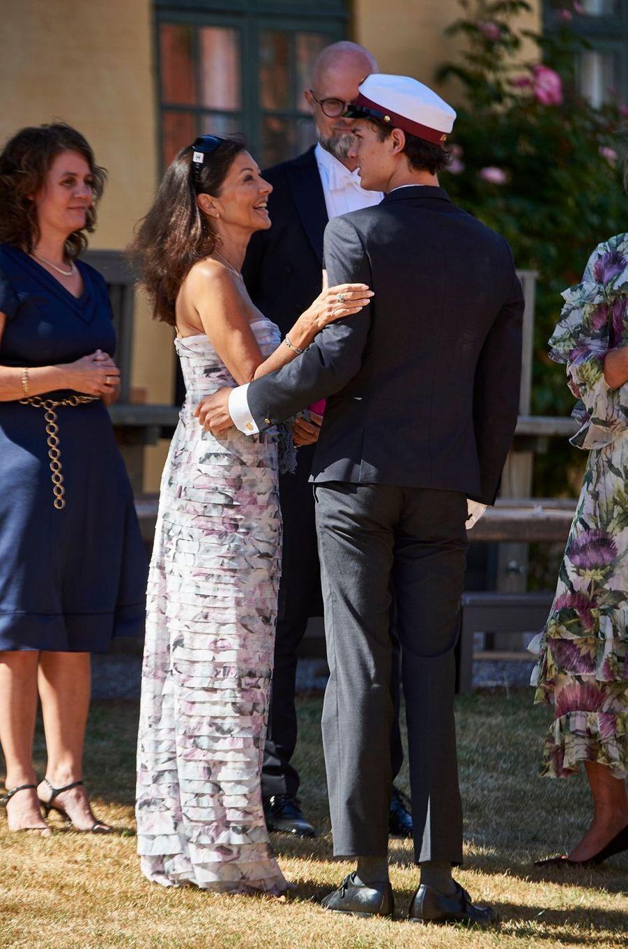 Le prince Nikolai de Danemark avec sa mère Alexandra Manley à Næstved, le 28 juin 2018