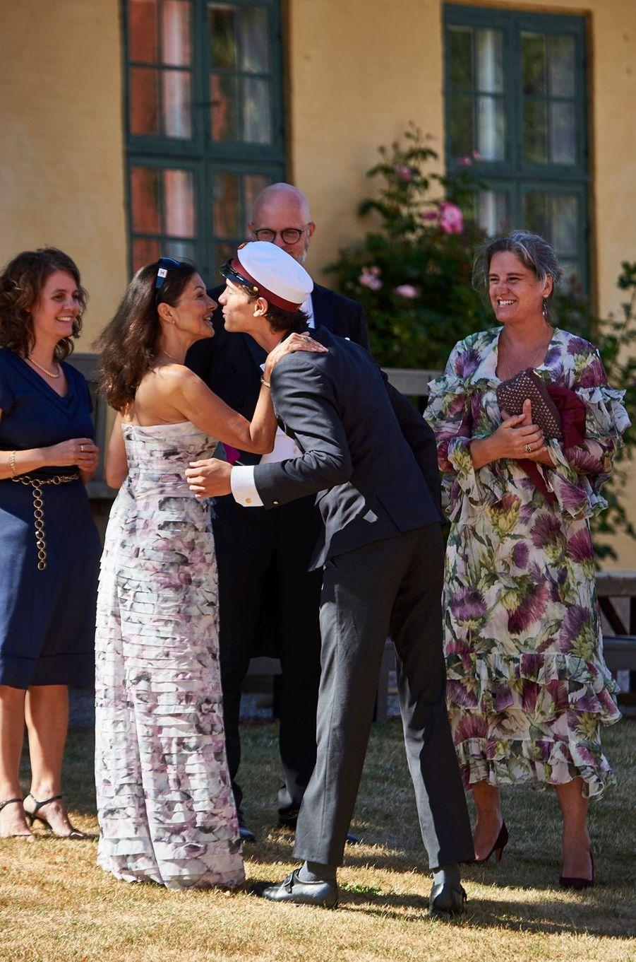 Le prince Nikolai de Danemark avec sa mère Alexandra Manley le 28 juin 2018 à Næstved