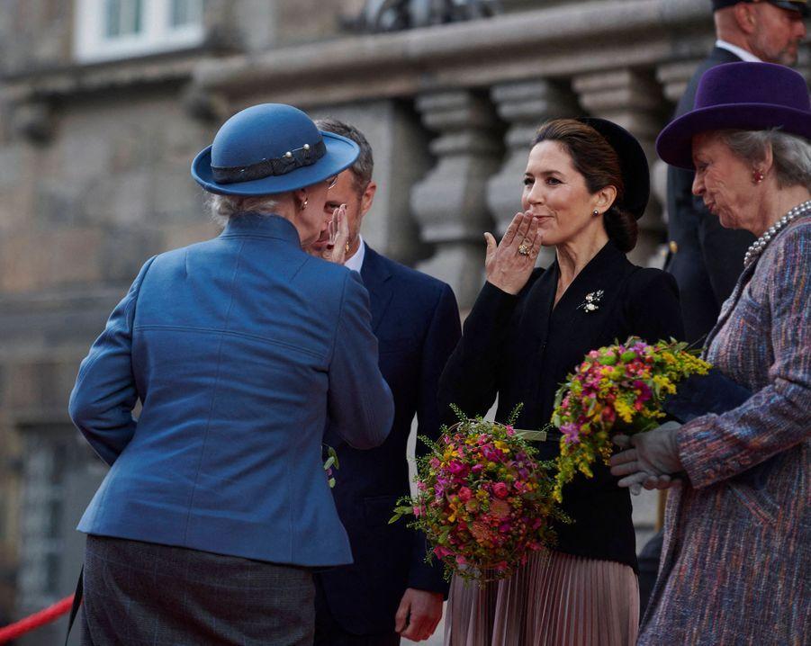 La reine Margrethe II de Danemark avec le prince Frederik et les princesses Mary à Copenhague, le 6 octobre 2020