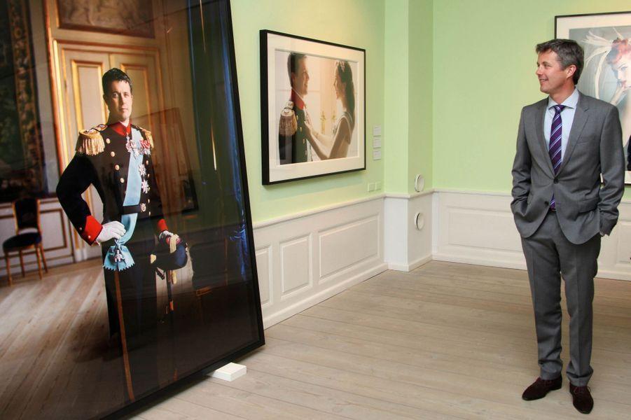 Le prince Frederik de Danemark à l'exposition Mario Testino à Copenhague, le 12 mai 2016