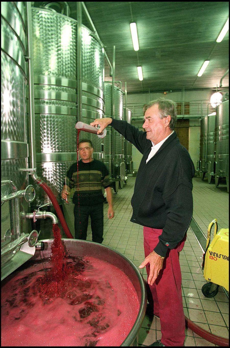 Le prince Henrik de Danemark dans son domaine viticole du château de Cayx, le 20 septembre 1999