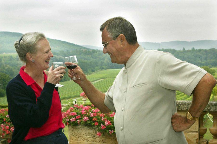 Le prince Henrik de Danemark avec la reine Margrethe II dans leur domaine viticole du château de Cayx, le 8 août 2002