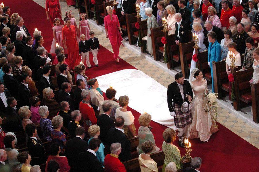 Mary Donaldson au bras de son père le jour de son mariage à Copenhague, le 14 mai 2004
