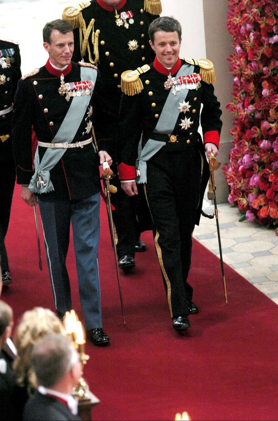 Le prince Frederik de Danemark et son frère le prince Joachim à Copenhague, le 14 mai 2004
