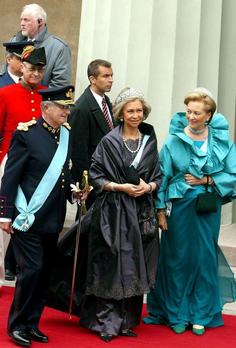 La reine Sofia d'Espagne encadrée du roi des Belges Albert II et de la reine Paola à Copenhague, le 14 mai 2004