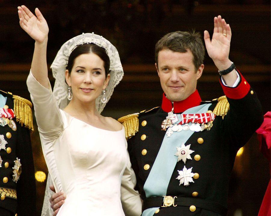 Le prince Frederik de Danemark et Mary Donaldson le jour de leur mariage à Copenhague, le 14 mai 2004