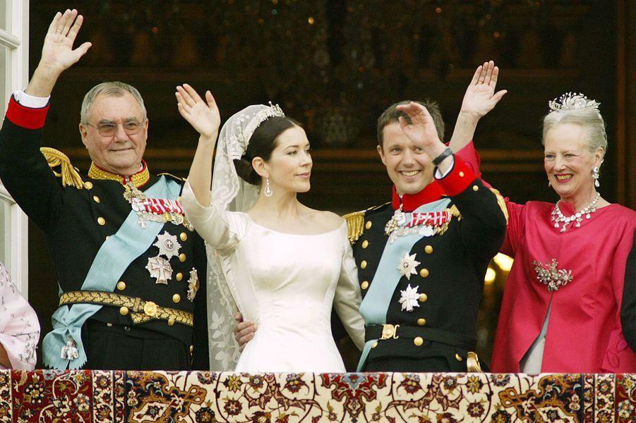 Le prince Frederik de Danemark et Mary Donaldson avec la reine Margrethe II et le prince Henrik à Copenhague, le 14 mai 2004