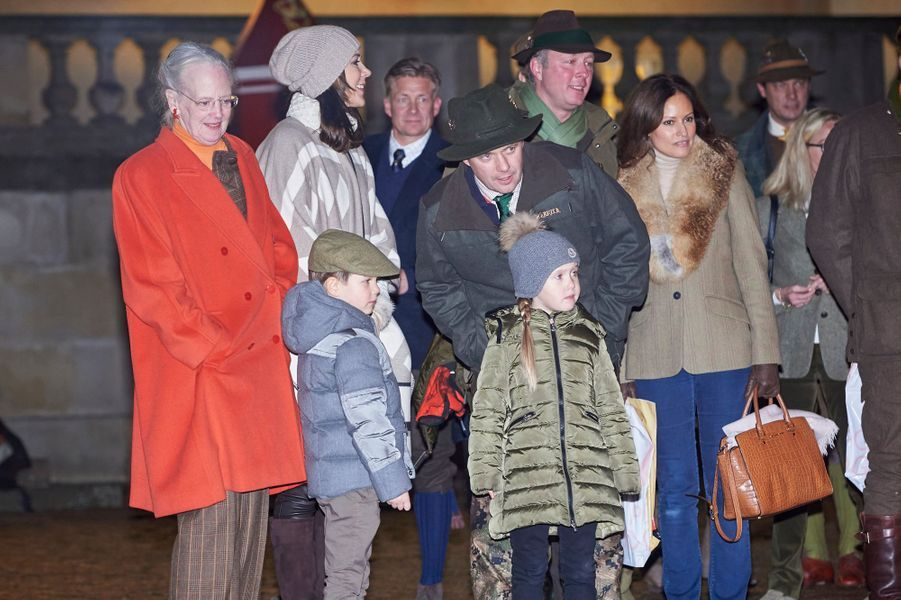 La reine Margrethe II de Danemark, la princesse Mary et le prince Frederik et leurs jumeaux avec le prince Gustav de Sayn-Wittgenstein-Berleburg et Carina Axelsson à Fredensborg, le 22 novembre 2016