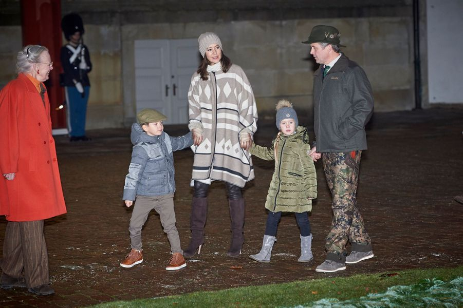 La princesse Joséphine et le prince Vincent de Danemark avec la reine Margrethe II, la princesse Mary et le prince Frederik à Fredensborg, le 22 novembre 2016