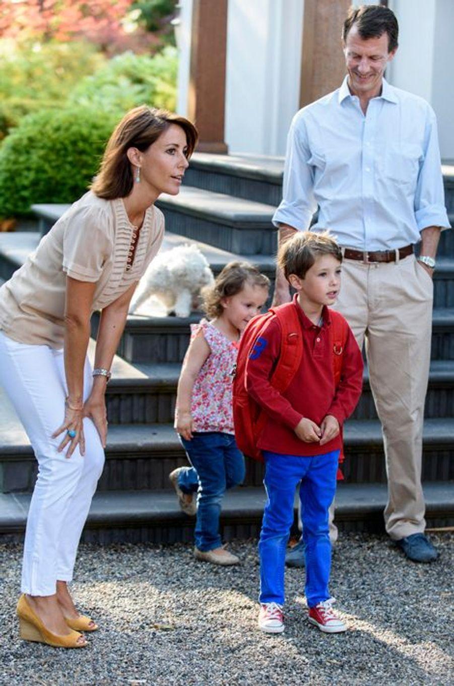 La princesse Marie de Danemark avec le prince Joachim et leurs enfants le jour de la rentrée des classes, le 14 août 2015