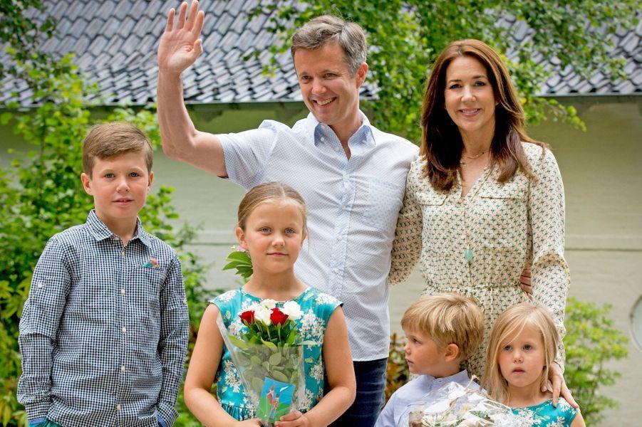 La princesse Mary avec le prince Frederik de Danemark et leurs enfants à Grasten, le 19 juillet 2015