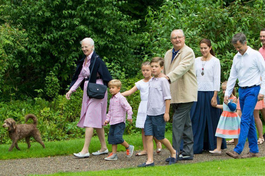 La princesse Mary avec le prince Frederik et leurs enfants, la reine Margrethe II de Danemark et le prince Henrik, à Grasten le 25 juillet 2015