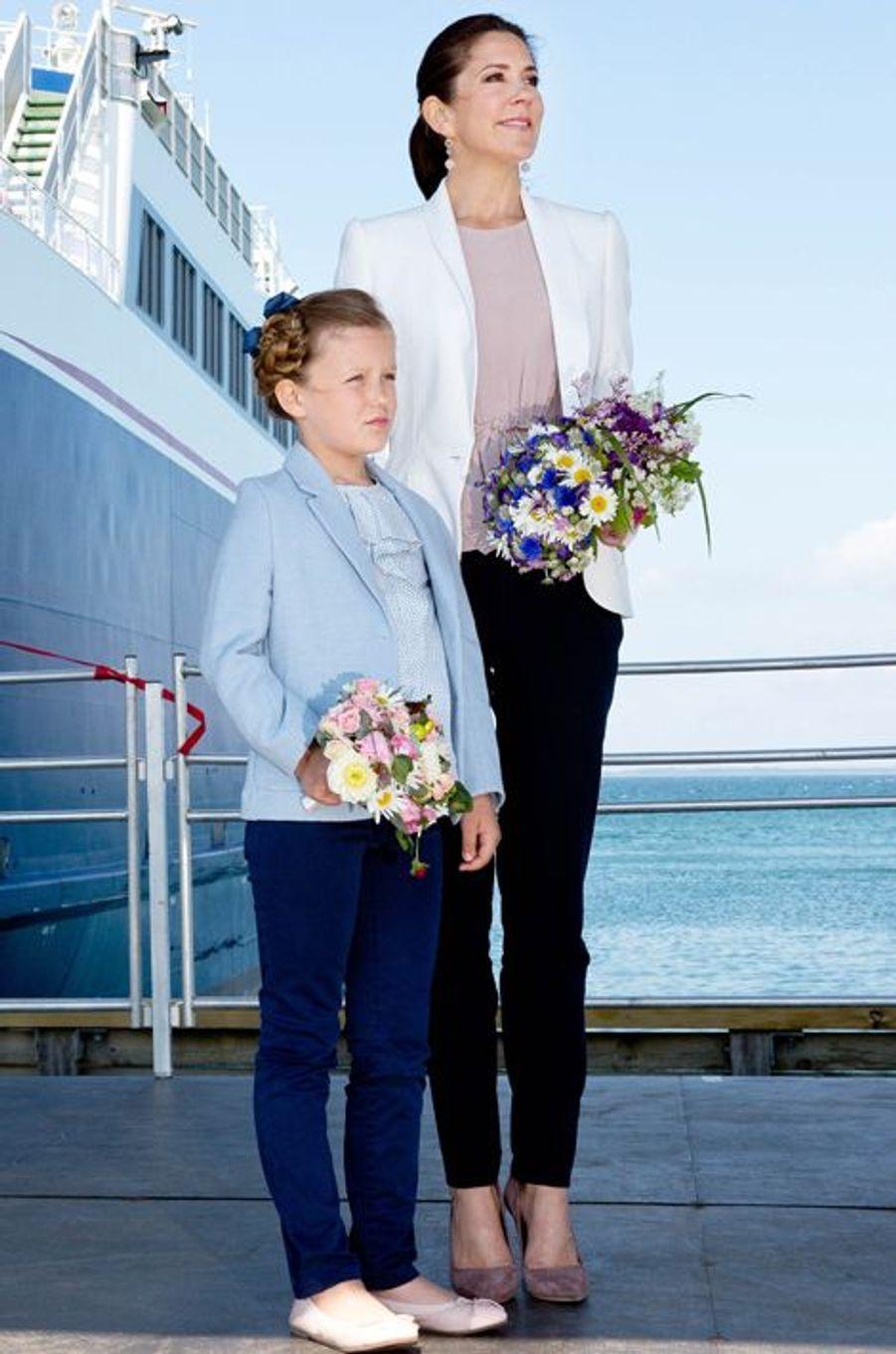 La princesse Mary de Danemark avec la princesse Isabella qui inaugure son premier bateau à Saelvig, le 6 juin 2015