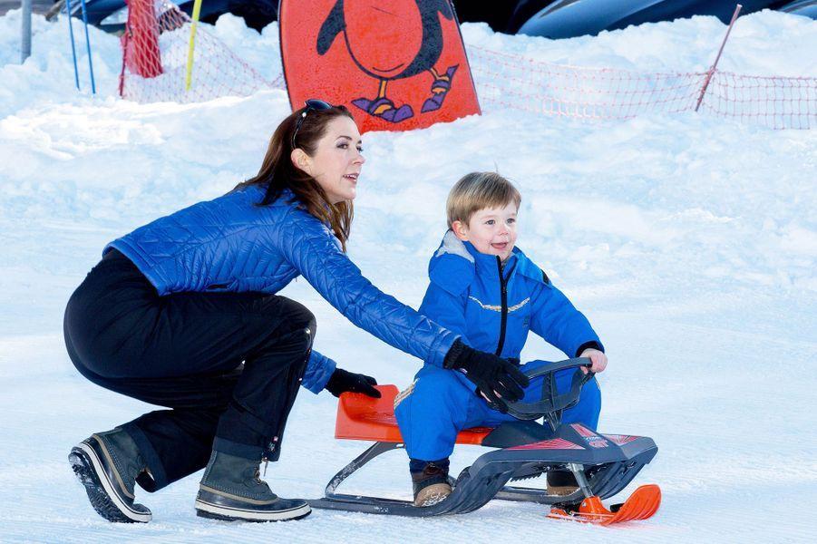 La princesse Mary de Danemark avec le prince Vincent en vacances en Suisse, le 8 février 2015