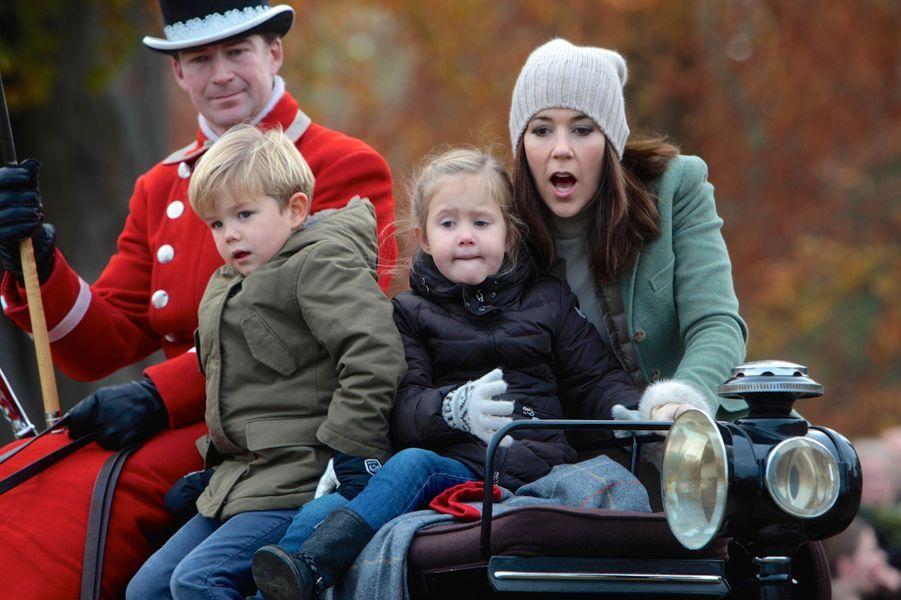 La princesse Mary de Danemark avec ses jumeaux à la chasse au renard à Klampenborg, le 1er novembe 2015