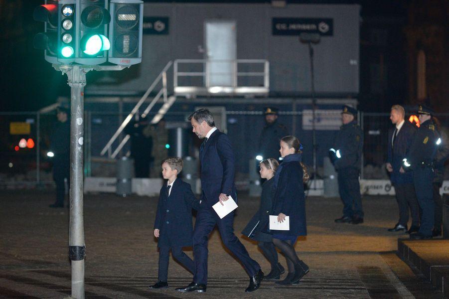 Le prince Frederik de Danemark avec le prince Vincent et les princesses Isabella et Josephine à Copenhague, le 16 février 2018