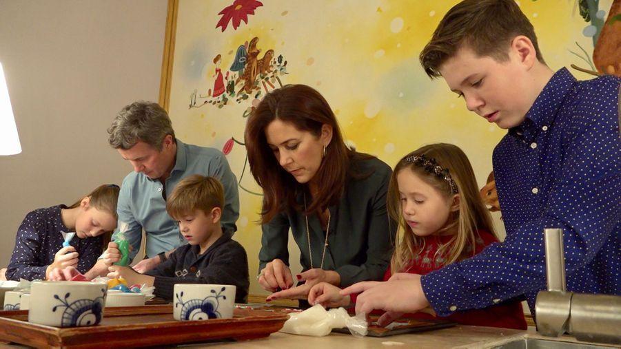 La princesse Mary, le prince Frederik de Danemark et leurs enfants à Copenhague. Photo diffusée le 21 décembre 2018