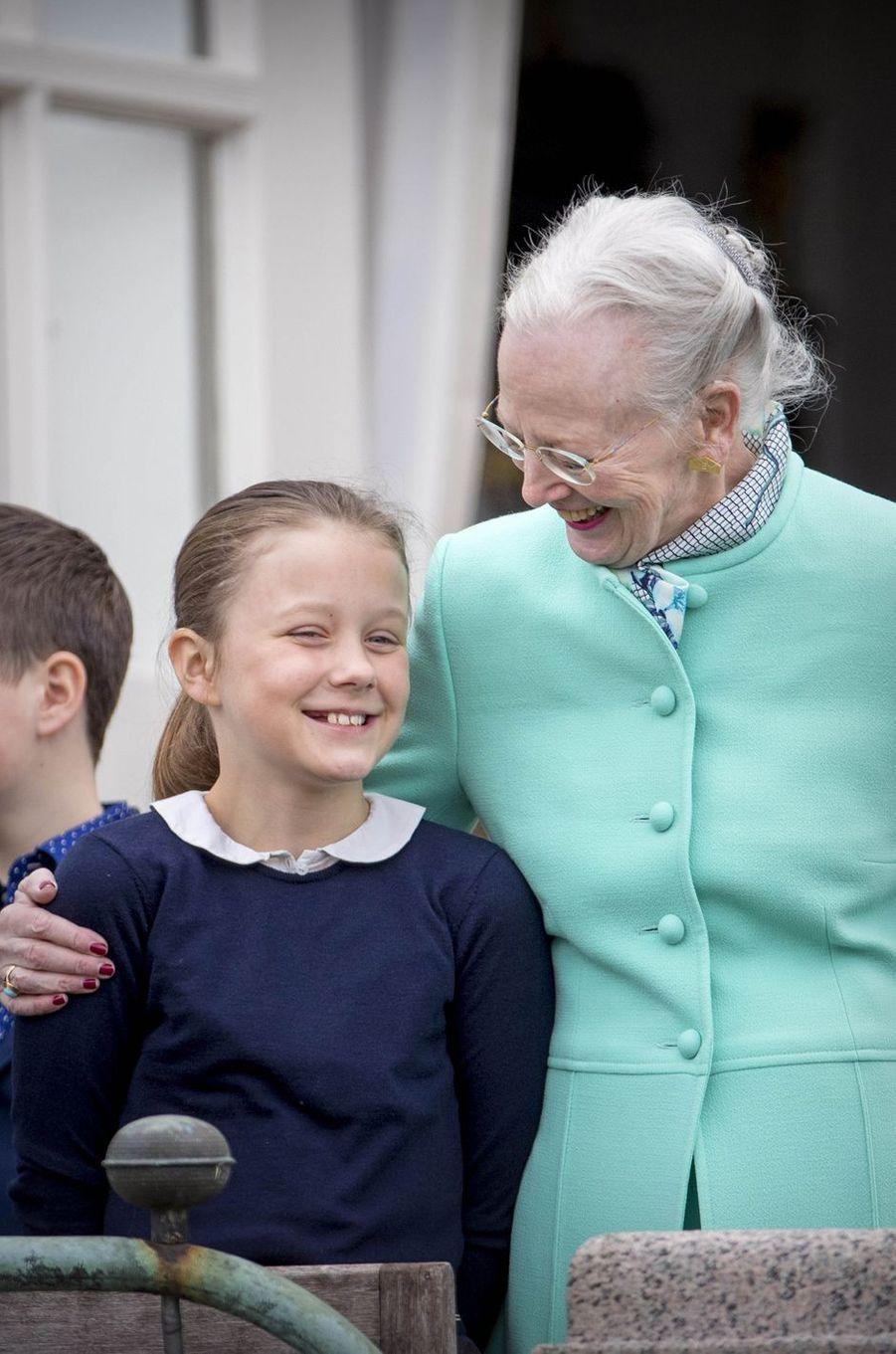 La princesse Isabella de Danemark avec sa grand-mère la reine Margrethe II, le 16 avril 2017