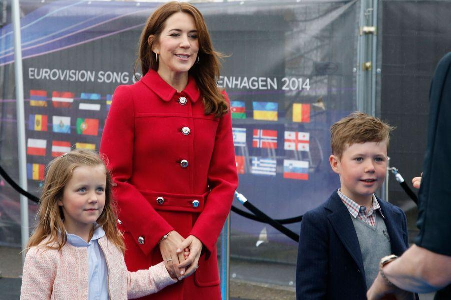 La princesse Isabella de Danemark avec sa mère et son grand frère, le 8 mai 2014