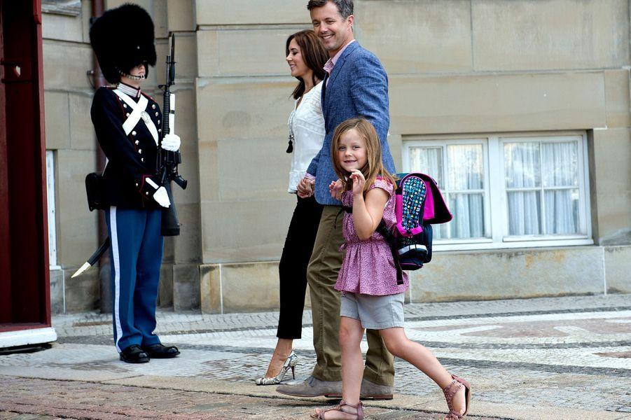 La princesse Isabella de Danemark avec ses parents lors de son premier jour d'école, le 13 août 2013