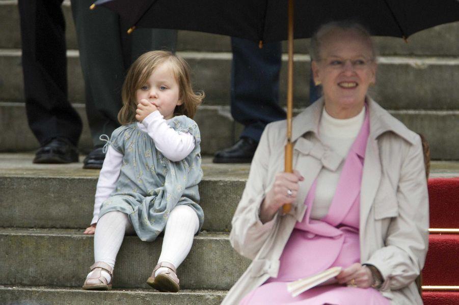 La princesse Isabella de Danemark avec sa grand-mère la reine Margrethe II, le 11 juin 2009
