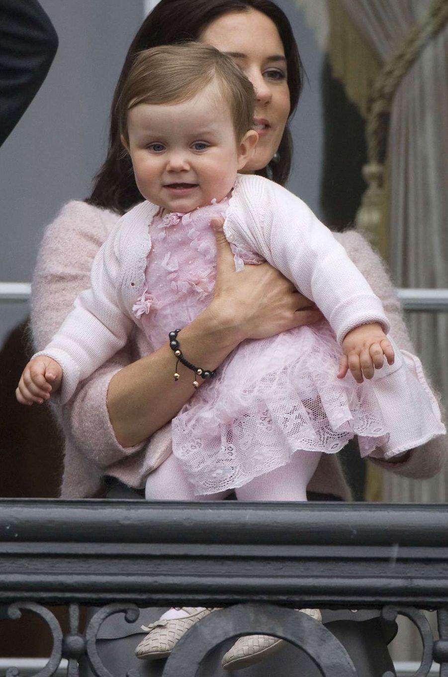 La princesse Isabella de Danemark avec sa mère la princesse Mary, le 26 mai 2008