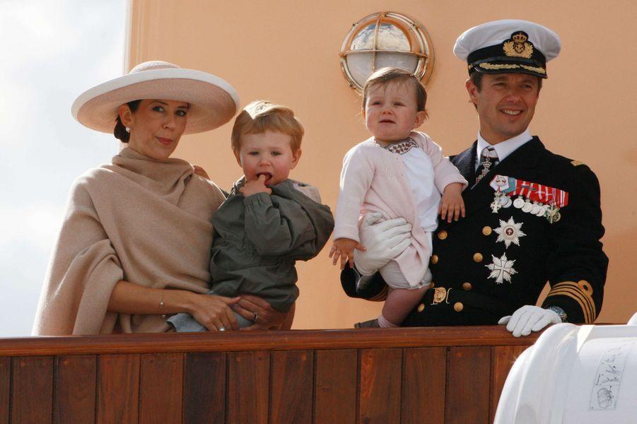 La princesse Isabella de Danemark avec ses parents et son grand frère, le 17 juin 2008