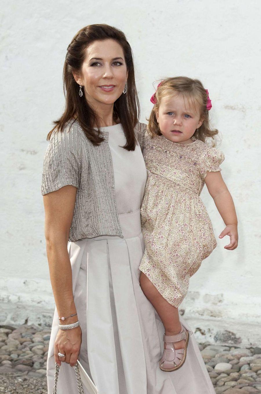 La princesse Isabella de Danemark avec sa mère la princesse Mary, le 26 juillet 2009