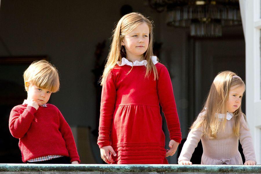 La princesse Isabella de Danemark avec les jumeaux le prince Vincent et la princesse Josephine, le 16 avril 2014