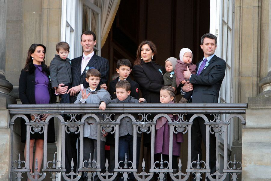 La princesse Marie de Danemark, enceinte de son deuxième enfant, avec les princes Joachim et Frederik, la princesse Mary, et les enfants des deux couples, le 15 janvier 2012