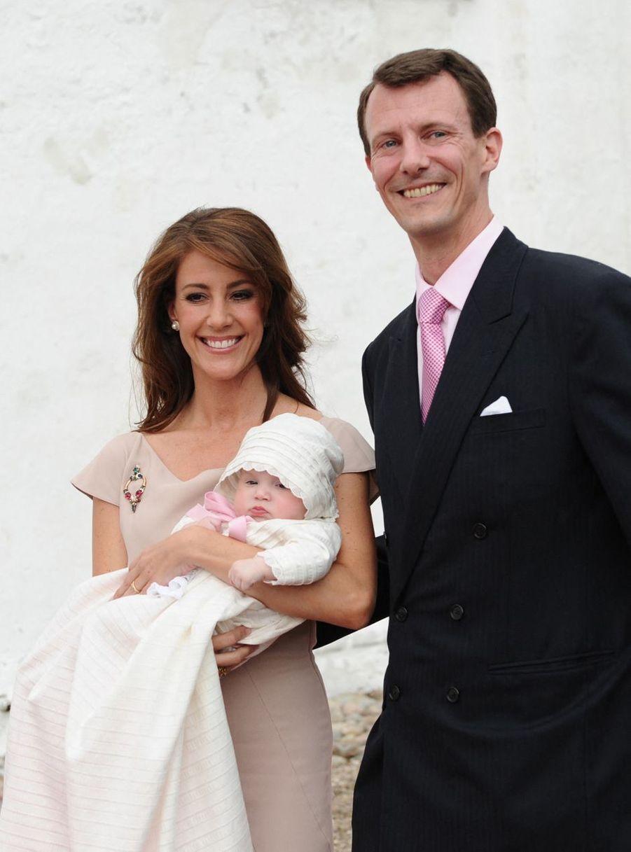 La princesse Marie de Danemark avec le prince Joachim et la princesse Athena lors de son baptême, le 20 mai 2012
