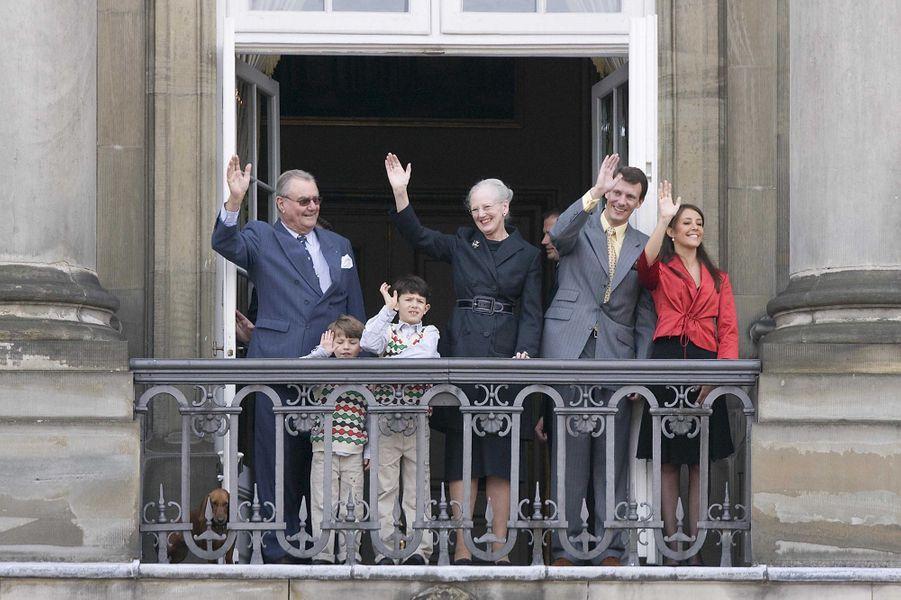 Marie Cavallier avec le prince Joachim de Danemark, ses deux fils, la reine Margrethe II et le prince consort Henrik, le 16 avril 2008