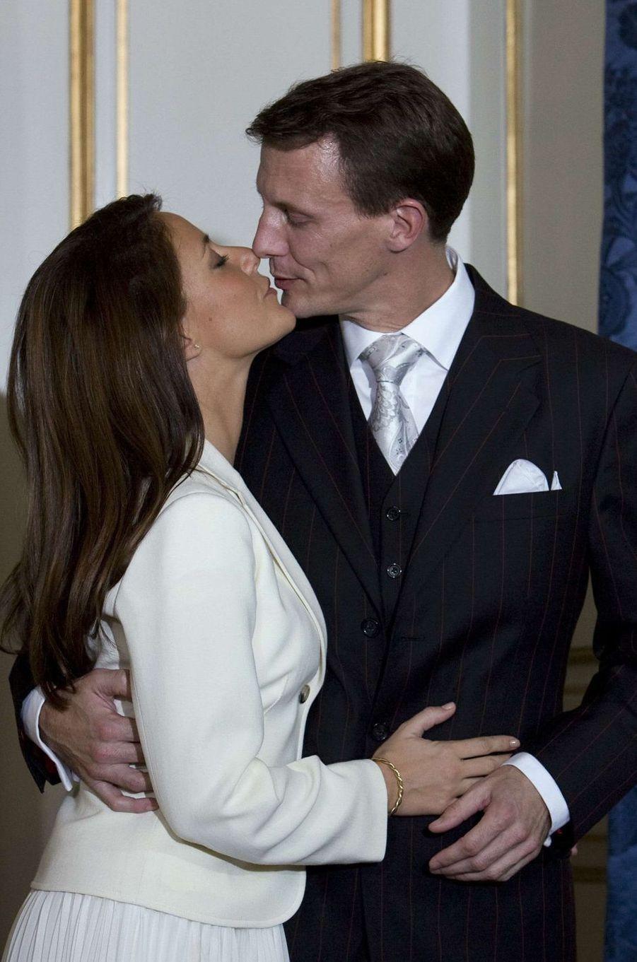 Marie Cavallier avec le prince Joachim de Danemark sur l'une des photos de leurs fiançailles, le 3 octobre 2007